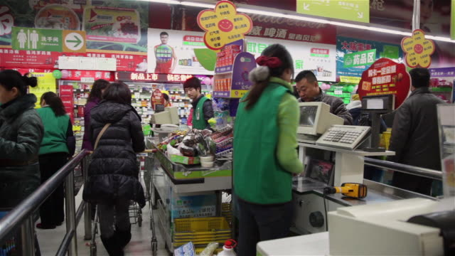 ms customers at checkout in supermarket / xi'an, shaanxi, china - financial bill stock videos & royalty-free footage