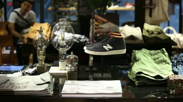 stockvideo's en b-roll-footage met customers browse clothing at j crew group incs new mens store in the central district of hong kong china on thursday may 22 an employee arranges... - hongkong eiland