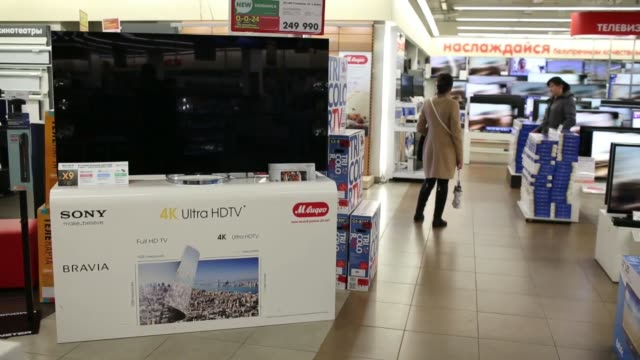 vídeos de stock e filmes b-roll de customers browse flatscreen televisions for sale inside an m video ojsc consumer electronics and home appliances retail store in moscow russia on... - sony