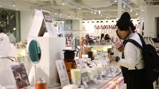 vidéos et rushes de customers browse in a store at sm entertainment co's smtown entertainment complex in seoul, south korea, on friday, oct 2 a cashier serves a customer... - k pop