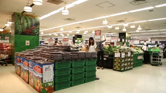 customers browse the selection of produce and food products at an e mart co store a subsidiary of shinsegae co in seoul south korea close up shot of... - 凍った点の映像素材/bロール