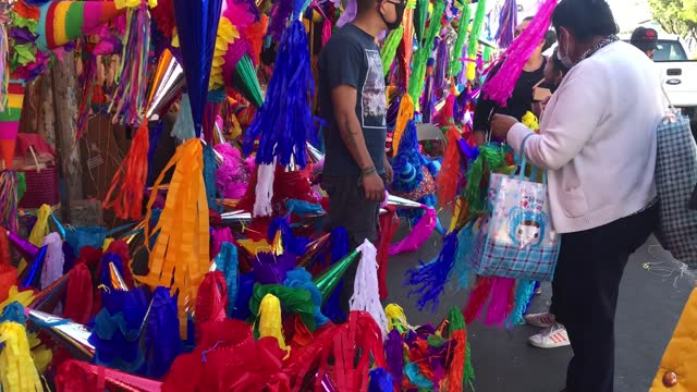 "customers buy pinatas in the ""jamaica"" market on december 13, 2020 in mexico city, mexico. despite recent announcements by the mayor of mexican... - papier bildbanksvideor och videomaterial från bakom kulisserna"