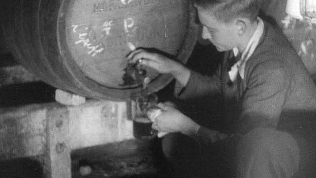 stockvideo's en b-roll-footage met 1937 b/w montage customers drinking in a pub - dranken