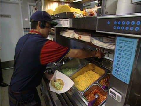 vidéos et rushes de customers eating at taco bell restaurant - fast food