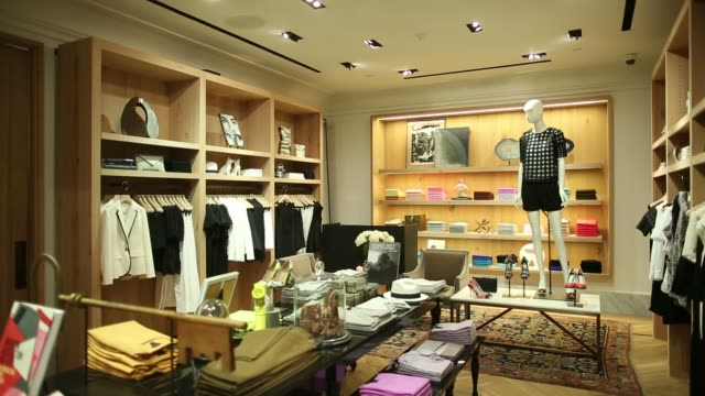 stockvideo's en b-roll-footage met customers enter j crew group incs new womens store inside the international finance centre mall in hong kong china on thursday may 22 mannequins... - hongkong eiland