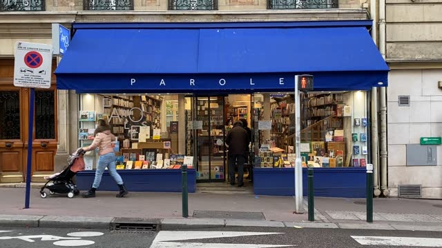 vidéos et rushes de customers get their click and collect orders at paroles bookstore on november 10, 2020 in saint mande, france. bookstores like many other small... - collection