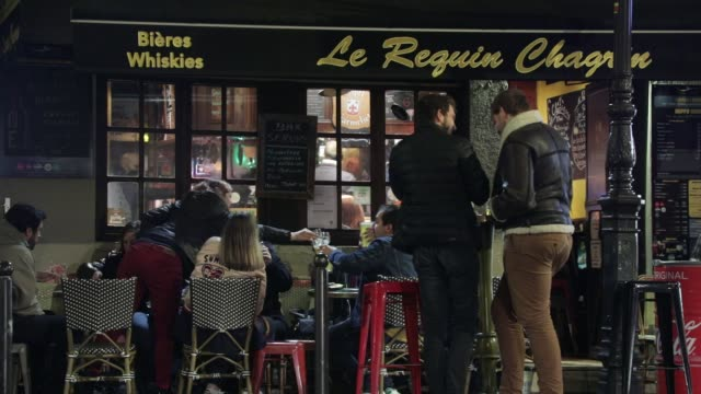 vidéos et rushes de customers have a nightcap in a bar of the latin quarter on october 5, 2020 in paris, france. to fight against the covid19, the paris police... - demi finale