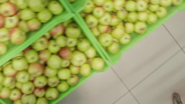 customers in supermarket buying apples - einkaufswagen stock-videos und b-roll-filmmaterial