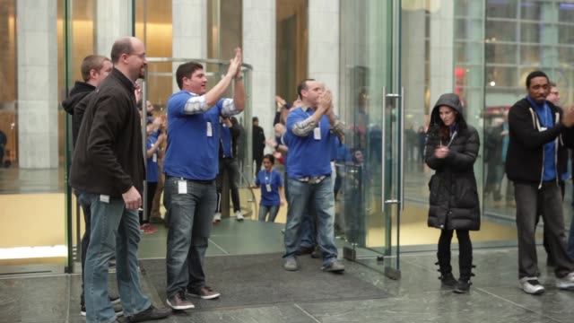 stockvideo's en b-roll-footage met customers lined up outside apple store on 5th avenue in nyc waiting for doors to open to purchase the latest ipad / apple employees counting down for... - bevrijden