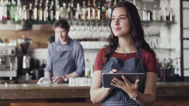 vídeos de stock e filmes b-roll de customers love it when you're active on social media - empregada de mesa