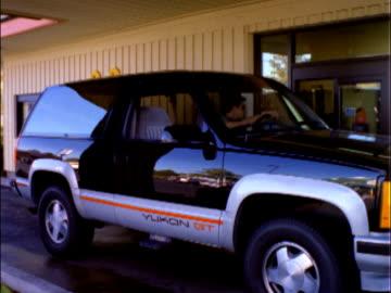 vídeos y material grabado en eventos de stock de t/l ms customers ordering and picking up meals at mcdonald's drive-thru windows / reno, nevada, usa - restaurante de comida rápida