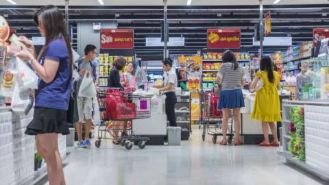 kunder betalar för varor vid kontrollera disken - stormarknad bildbanksvideor och videomaterial från bakom kulisserna