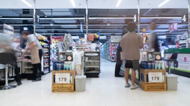 vídeos y material grabado en eventos de stock de los clientes pagar para las mercancías en el proceso de venta - mostrador de tienda para pagar