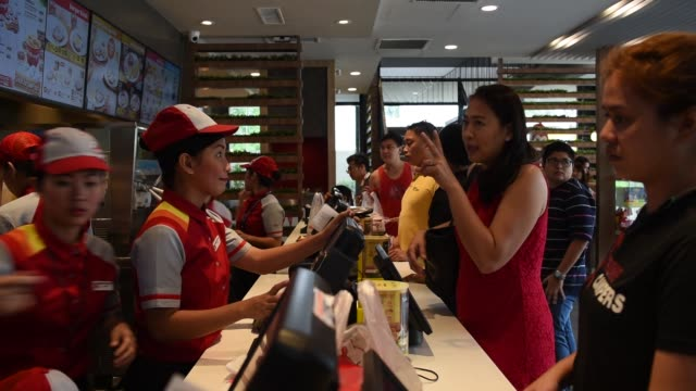 stockvideo's en b-roll-footage met customers place orders at a jollibee foods corp restaurant in the bonifacio global city triangle area of manila the philippines on saturday oct 21 an... - munt culinair