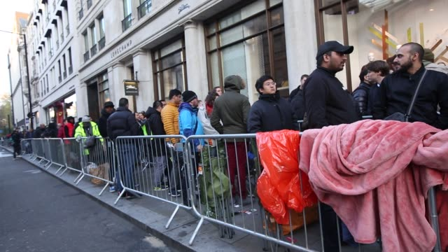 customers queue outside the apple inc store to purchase iphone x smartphones on the first day of sale on regent street in london uk on friday nov 3... - stå i kö bildbanksvideor och videomaterial från bakom kulisserna