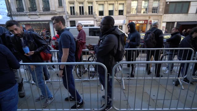 customers queue outside the apple store in anticipation for the launch of the new iphone at apple store regent street on september 21 2018 in london... - gafam点の映像素材/bロール