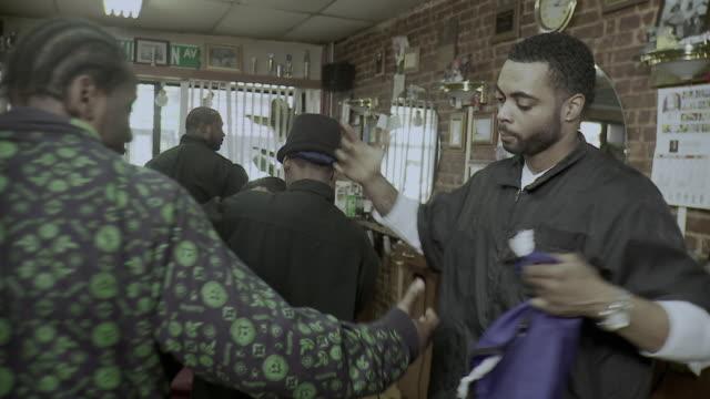 vídeos y material grabado en eventos de stock de ms shaky customers shaking hands with barbers leaving barbershop, brooklyn, new york city, new york state, usa - etnia negra