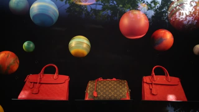 stockvideo's en b-roll-footage met customers shop and stores are pictured at easton town center in columbus ohio us on tuesday aug 23 photographer luke sharrett/bloomberg shots... - louis vuitton modelabel