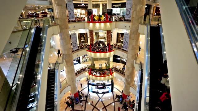 kunden einkaufen in taipei 101-gebäude in der nähe von weihnachten, taiwan china - taipei 101 stock-videos und b-roll-filmmaterial