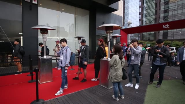 customers stand in line outside kt corp.'s olleh square flagship store ahead of the release of the apple inc. iphone 7 in seoul, south korea on... - loslassen aktivitäten und sport stock-videos und b-roll-filmmaterial
