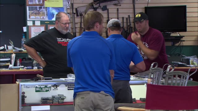 stockvideo's en b-roll-footage met ws customers talking to staff in gun shop - vuurwapenwinkel