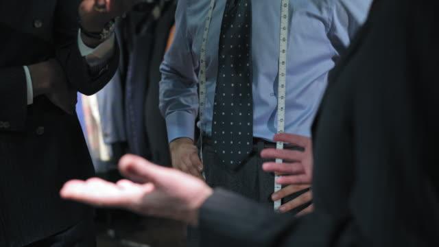 stockvideo's en b-roll-footage met customers talking with tailor - overhemd en stropdas