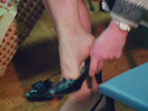 customers try on shoes in a shoe shop - anpassen stock-videos und b-roll-filmmaterial