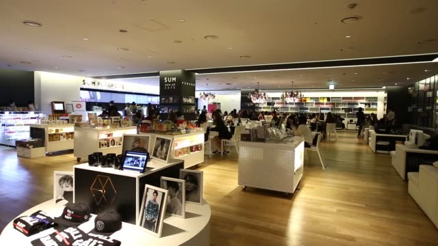 vidéos et rushes de customers use a tablet device at a cafe inside sm entertainment co 's smtown entertainment complex in seoul, south korea, on friday, oct 2... - k pop
