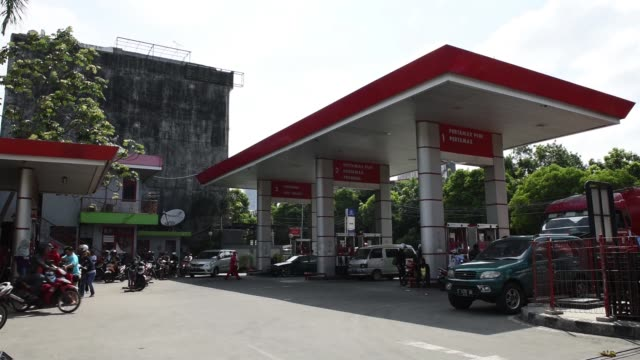 customers wait in line at a pt pertamina gas station in jakarta indonesia on wednesday jan 21 2015 - 軍用輸送車点の映像素材/bロール