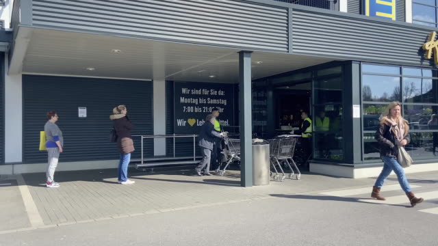 march 21: customers wait to gain entry to supermarkets. customers begin to queue to enter a branch of edeka on saturday 21 march 2020 in ratingen,... - eingang stock-videos und b-roll-filmmaterial