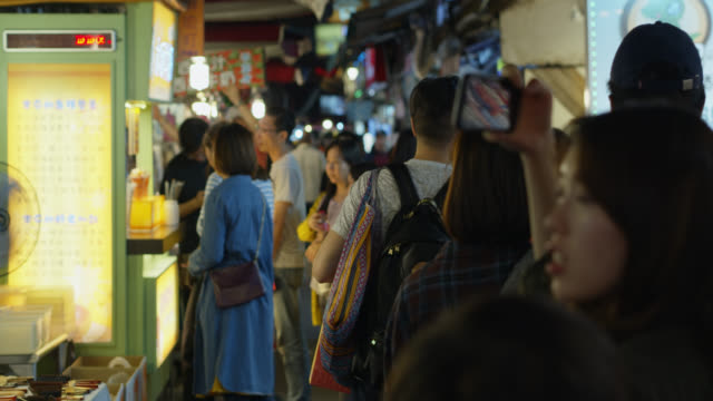 customers walking through raohe night market - straßenmarkt stock-videos und b-roll-filmmaterial