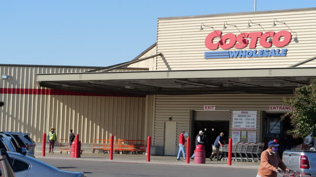 customers wearing face mask shopping at costco wholesale warehouse in the suburb of atlanta amid the 2020 global covid-19 pandemic crisis. - catena di negozi video stock e b–roll