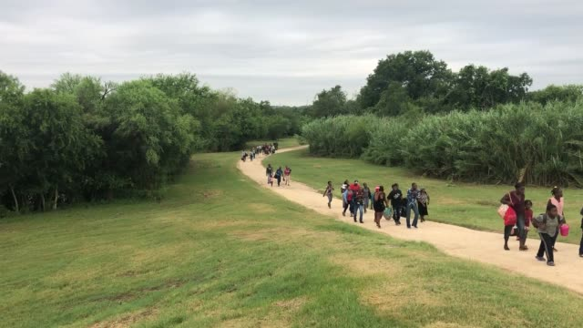 vidéos et rushes de customs and border protection agents from del rio station apprehend group of immigrants arriving by foot in del rio texas 24 june 2019 - sud ouest américain