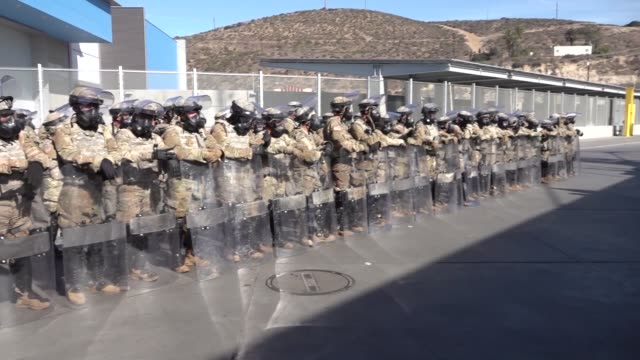 vídeos de stock e filmes b-roll de us customs and border protection and department of defense personnel secure the san ysidro port of entry against attempts to illegally enter the... - ministério da defesa