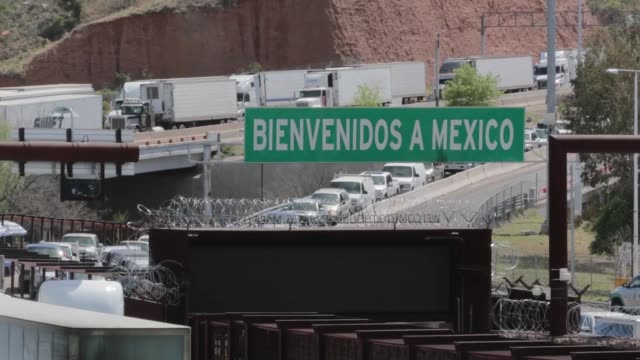 vidéos et rushes de customs and border protection office of field operations officers manage the large influx of passenger cars trucks and pedestrians at the san ysidro... - sud ouest américain