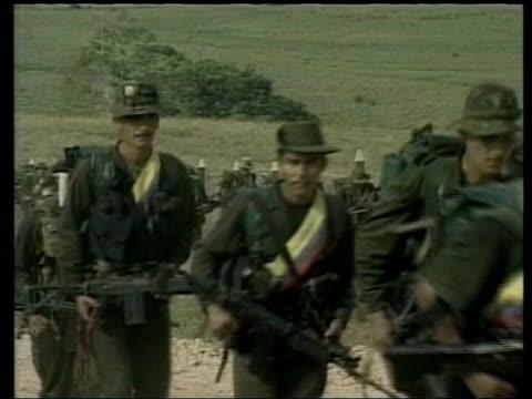 vídeos y material grabado en eventos de stock de cutaways farc rebel soldiers along - político