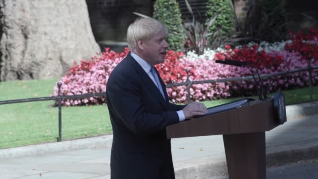 vídeos de stock, filmes e b-roll de cutaways of newly elected conservative party leader and british prime minister boris johnson as he makes a speech on the steps on 10 downing street... - primeiro ministro