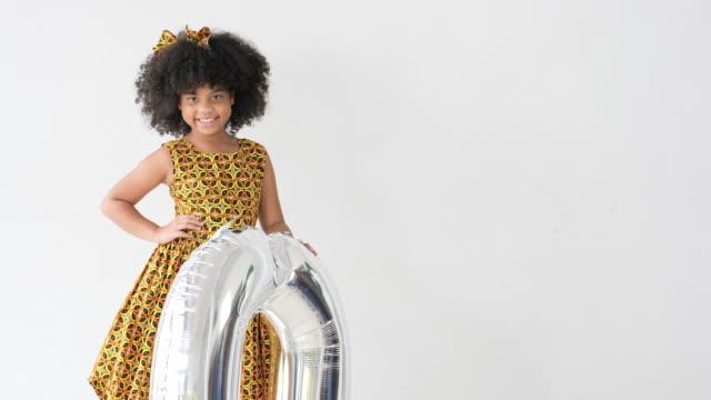 süße afrikanische mädchen mit 20 ballons. - null stock-videos und b-roll-filmmaterial