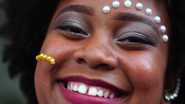 Söta Afro flicka leende