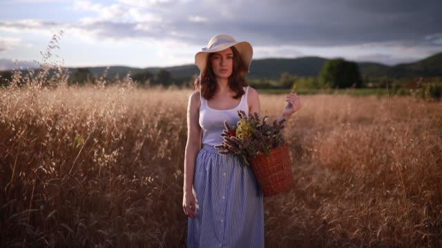 Mignonne et adorable fille avec un panier rempli de fleurs