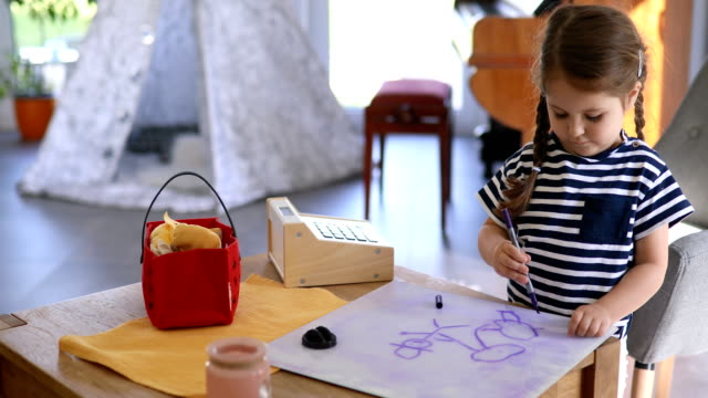 niedliche künstlerische kind zeichnen am reißbrett aus kunststoff - stuhl stock-videos und b-roll-filmmaterial