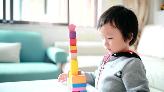 vídeos de stock, filmes e b-roll de linda asiática crianças brincando com blocos - madeira