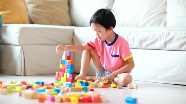 vídeos de stock, filmes e b-roll de linda asiática crianças brincando com blocos - brinquedo