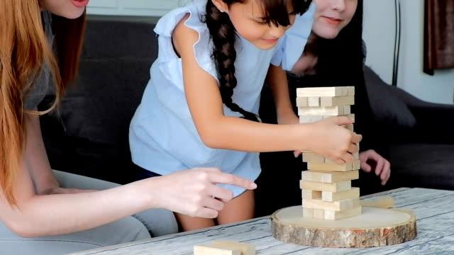 vidéos et rushes de mignonnes asiatiques enfants jouant avec des blocs. format de hd. - hd format