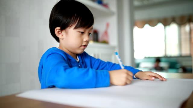 vidéos et rushes de jolie asiatique avec des livres pour les enfants - couverture de livre