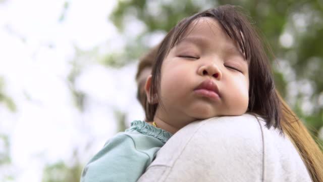 vídeos de stock, filmes e b-roll de bebé recém-nascido asiático bonito que dorme no braço da matriz - 2 3 anos