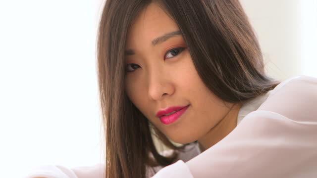 vídeos y material grabado en eventos de stock de cute asian woman wearing white blouse - camisa blanca