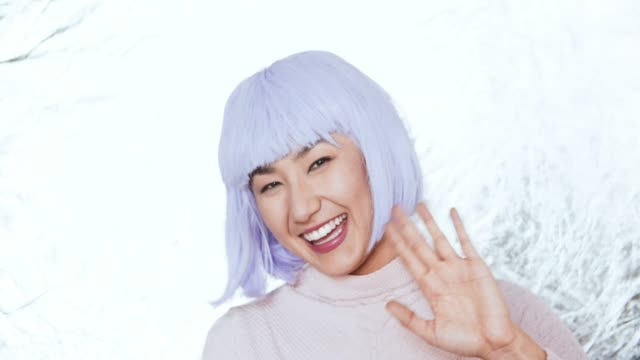 vidéos et rushes de cu cute asian woman with purple hair waving - blog vidéo