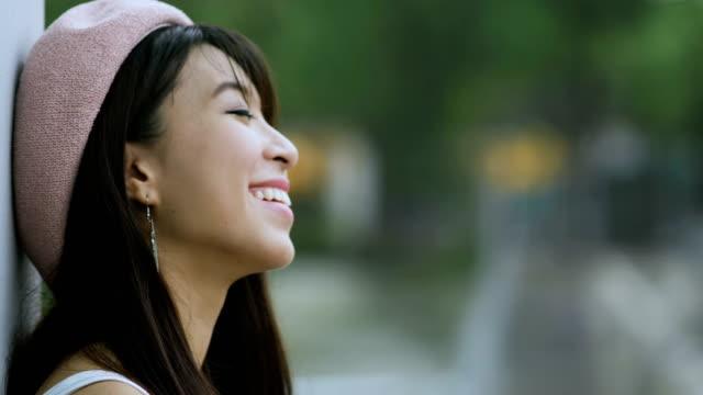 笑顔かわいいアジアの女性 - 歯を見せて笑う点の映像素材/bロール