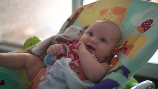 vídeos de stock, filmes e b-roll de menino bonito na cadeira - babies only